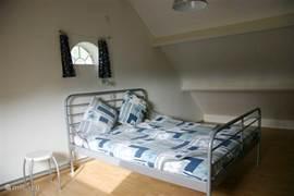 Ruime slaapkamer met 2-persoonsbed