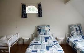 Slaapkamer met 4 eenpersoonsbedden.