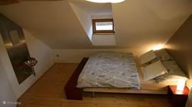 Mooie, knusse slaapkamer met wastafel en spiegel. Uiteraard ook met voldoende kastruimte.