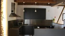 Moderne keuken met al het apparatuur wat u nodig heeft om met alle gemakken een heerlijke maaltijd te maken.