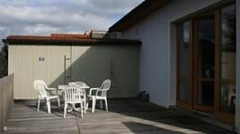 Zonnig terras waar het met mooi weer goed toeven is!