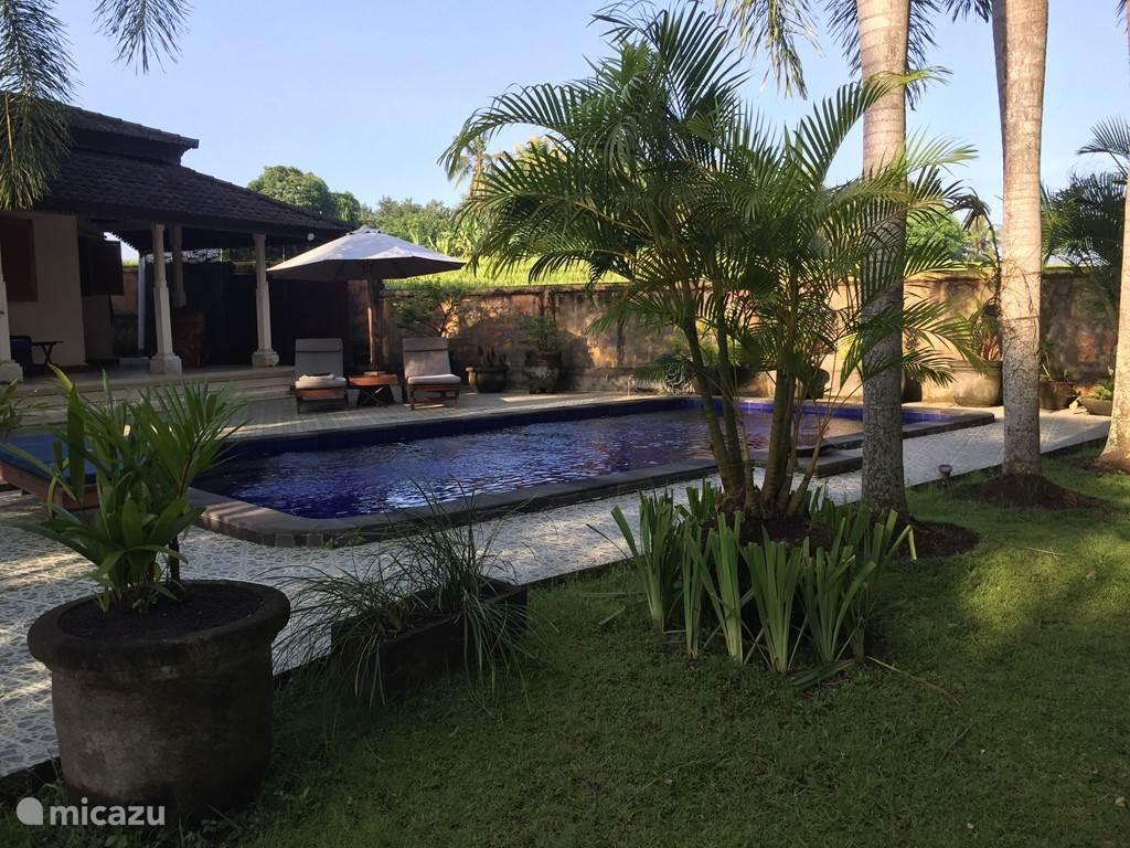 tuin aan zwembadzijde