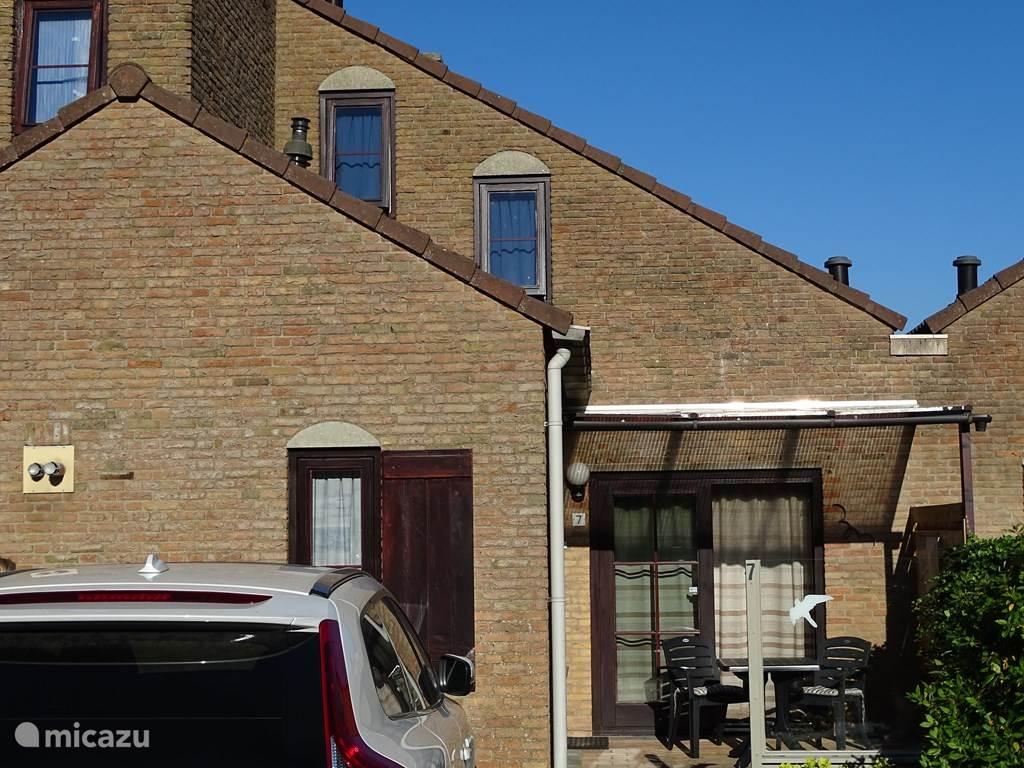 Vorderhaus mit 2 Parkplätzen und Terrasse