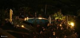 's Nachts wordt het zwembad mooi opgelicht wat het omringende terras een sprookjesachtige aanblik biedt. Een perfecte plek om me een glas wijn te genieten van de stilte en de sterrenhemel.
