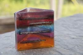 Tana is glaskunstenares en met de techniek van glass fusion maakt zij onder andere kaarsenstandaards.