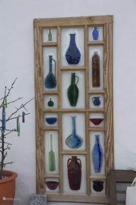 Tana's Glass art - Een raamwerk met flessen.