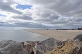 Het strand van Tavira; lang, wit en ook zomers niet overvol.