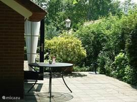 De zon neemt vanaf de ochtend het terras tegen de bungalow in en blijft daar tot in de avond. Met of zonder parasol is het er de hele dag aangenaam toeven.