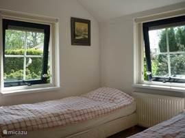 De slaapkamer heeft 2 eenpersoonsbedden die natuurlijk ook prima tegen elkaar geschoven kunnen worden. Als u het wenst, stellen we het gewoon als een geheel voor u op.