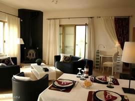 Woonkamer met dining-corner, de kitchenette grenst hieraan en is voorzien van schuifdeuren.