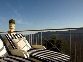 Wegdromen op uw ligbed, zwevend boven het schitterende landschap...