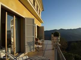 Terras west,grenst aan woonkamer en slaapkamer, fantastisch zicht op de Ligurische Alpen....