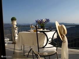 Op dit terras, grenzend aan de slaapkamer, is het heerlijk ontbijten in de ochtendzon....