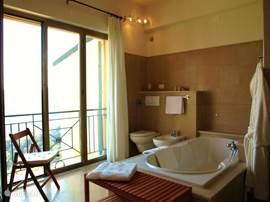 Badkamer, zachte natuurlijke tinten voor optimale ontspanning.....