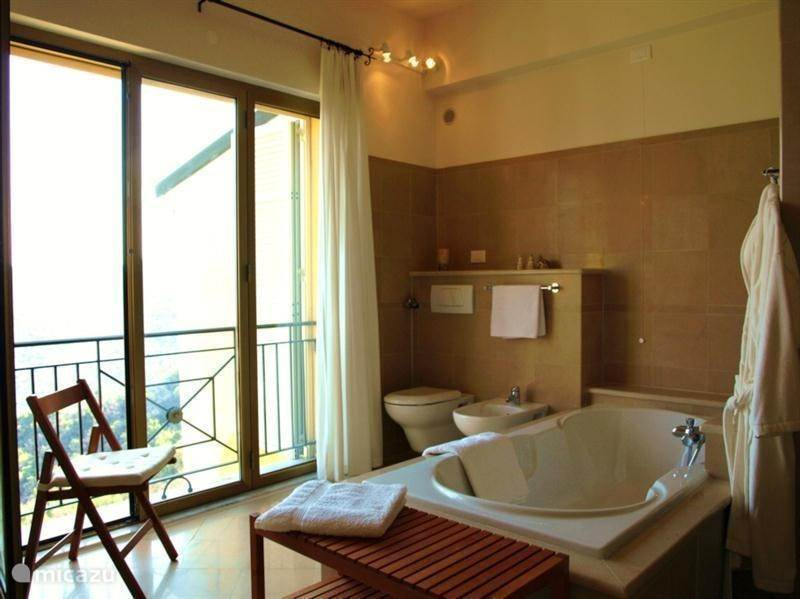 Das Badezimmer(12m2) Mit Wanne, Dusche, Zwei Waschbecken, WC Und Bidet