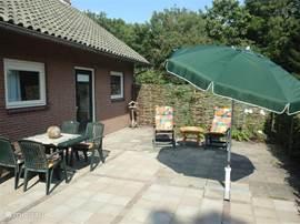 Ruim prive-terras op het zuiden, voorzien van tuinstel, parasol en ligbedden. Het terras is direct aan het appartement gelegen. Het terras is volledig omsloten, dus erg veilig voor kleine kinderen en voor huisdieren.