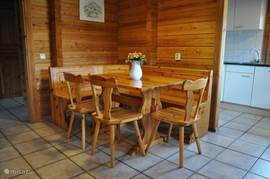 Ruime eethoek voor zes personen in de Finse Bungalow.