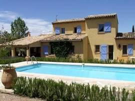 Onze huis ligt in een rustige villawijk op 4 km. van Roquebrune S/Argens. In de tuin van 1200 meter, staan vele lokale bomen en planten zoals; kurkeiken, olijf- en aardbeibomen, oleanders, rozemarijn, lavendel etc. Hier ziet u het vooraanzicht van ons huis. Het zwembad kan afgedekt worden.  Handdoe