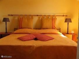 Impressie gele slaapkamer. Alle slaapkamers zijn voorzien van airco.