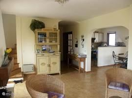 Zicht vanuit zithoek naar eethoek en keuken. De woonkamer is voorzien van airco.