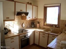 Iedere verhuurperiode worden 3 keukenhand- en 3 theedoeken ter beschikking gesteld evenals 1 afwasborstel, schuursponsje en vaatdoekje.