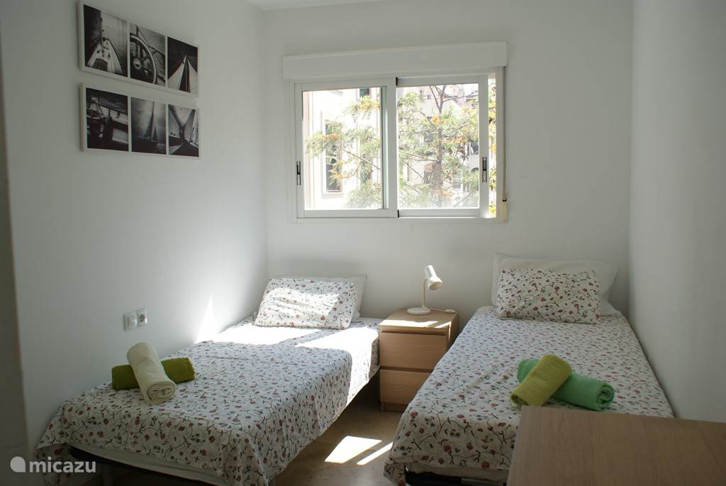 Slaapkamer 2. Bedlampje, grote inbouwkasten en ladekast aanwezig. Verduisteringsrolluiken van binnenuit te bedienen.