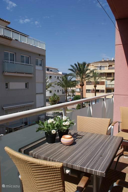 Uitzicht vanaf het balkon. Het straatje door en u bent op het strand! Is vanaf het balkon ook te zien.