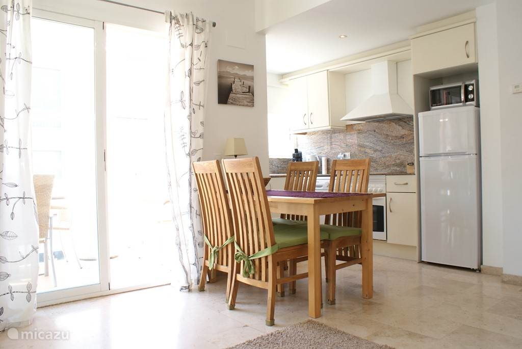Eettafel met 4 stoelen bij open keuken
