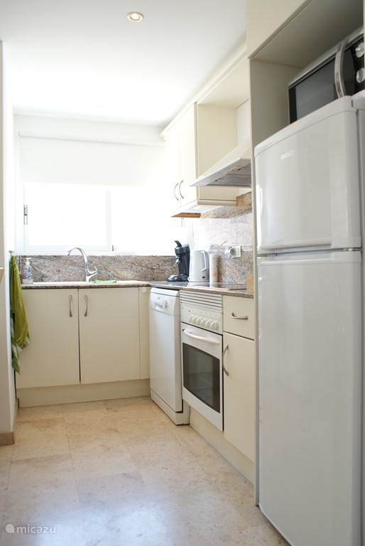 De keuken met nieuwe afwasmachine, een oven, vier electrische pitten, magnetron, grote nieuwe koelkast/vriezer, senseo, waterkoker  enz