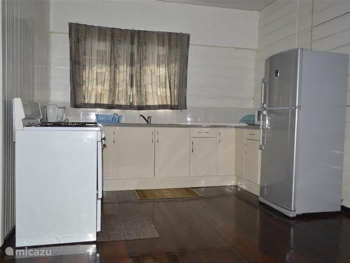 keuken met koel-vrieskast, 5-pits gasfornuis,magnetron, rijstkoker, waterkoker en diverse keukengerei