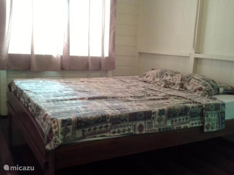 Slaapkmer 1; Bed (160-200); Kledingkast, airco. Bed is voorzien van een goed matras