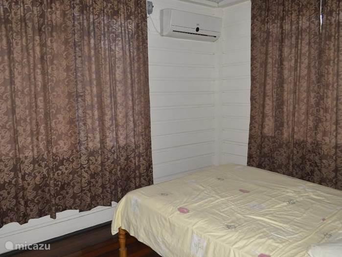 slaapkamer 1 met airco en het bed is voorzien van een goed matras voor een goede nachtrust.