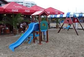 In het centrem van Ravda (op 600 meter afstand) kan je aan het strand eten. Bij de restaurantjes zijn veelal ook speeltoestellen voor de kleintjes.
