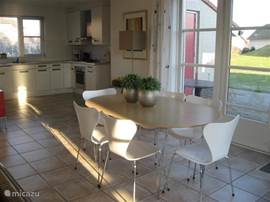 Eettafel en aanzicht open keuken.