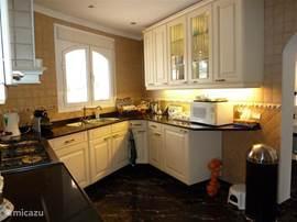 De keuken met afwasmachine, 6-pits fornuis met oven, magnetron, elektrische citruspers etc. U zult niets missen.