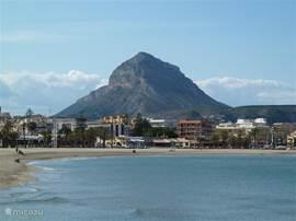 Uitzicht over het strand van Arenal en de Montgo, gezien vanaf restaurant Acqua.