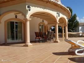 Onze naya van 10x3m met 2 tafels en 8 stoelen van Royal Garden. Aansluitend het grote terras en tuin met 8 luxe ligbedden.