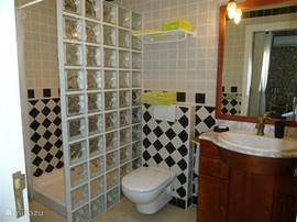 Badkamer 1 en-suite op de begane grond.