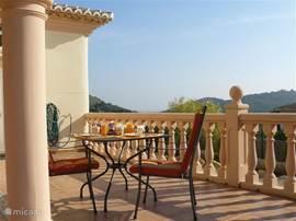 Het riante balcon van 10x3m met een mooi uitzicht naar zee.