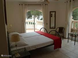 Slaapkamer 2 op de 1e verdieping met badkamer en-suite. Alle 3 de slaapkamers hebben airco, kluisje en openslaande deuren naar het riante balcon van 10x3m.