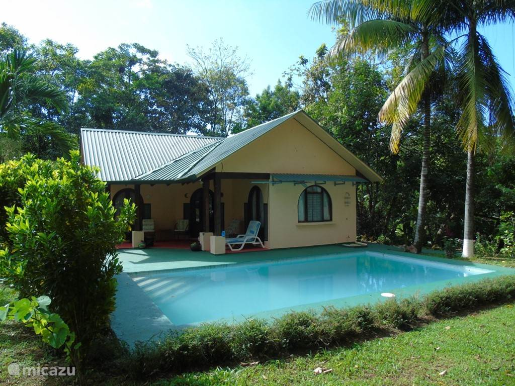 side view of house with pool on the foreground