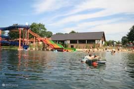 Zwem- en visvijver op het vakantiepark