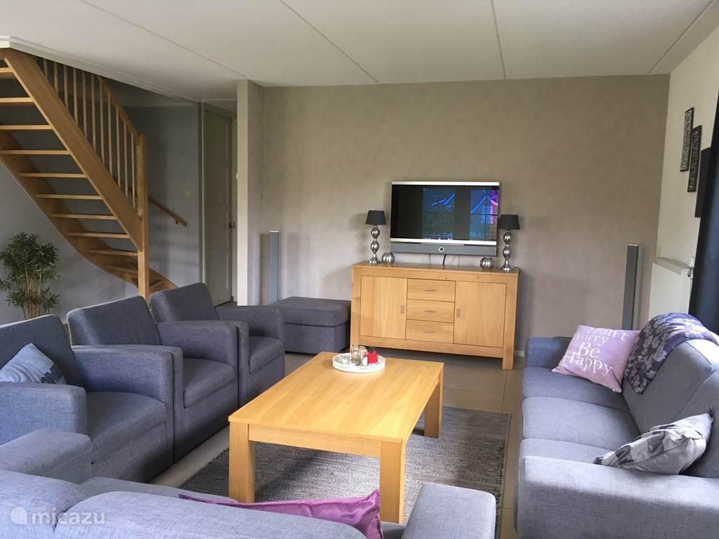 Gezellige woonkamer met moderne meubels