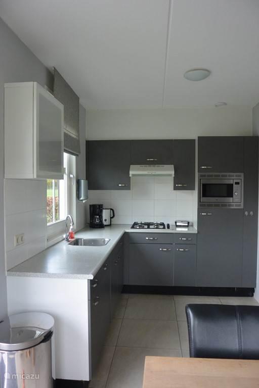 Open keuken met gasfornuis, combimagnetron en vaatwasser