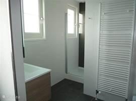 Luxe badkamer op de begane grond aangrenzend aan slaapkamer