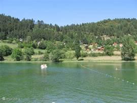 Vlakbij in Belcaire is een meertje waar in de zomer heerlijk kan worden gezommen en geluierd op het strandje. Er kunnen waterfietsen gehuurd worden.