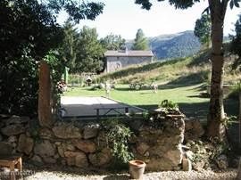 Een doorkijkje in de tuin met zicht op de petanquebaan.