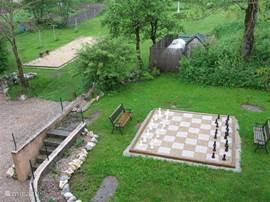 Zicht op het levensgroot schaakspel in de tuin.