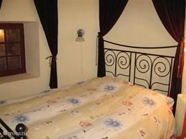 Een romantische slaapkamer in de toren van het Château.