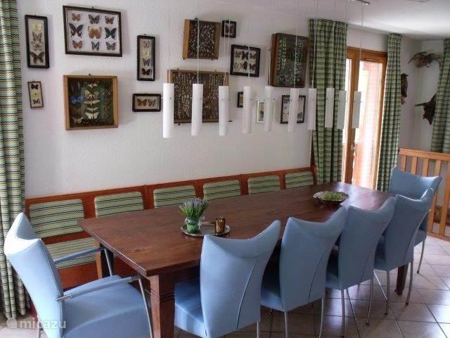 De eettafel met plaats voor 10 personen
